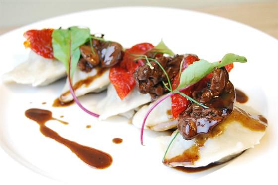 Ресторан Щислива - фотография 10 - Пельмени из куриных потрошков и красным вином