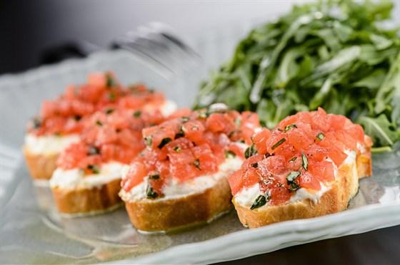 Ресторан Вителло - фотография 6 - Поджаренный багет с оливковым маслом, чесноком и помидорами конкасе, базиликом и моцареллой, ресторан Вителло, г. Балашиха