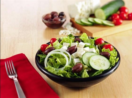 """Ресторан Wendy's - фотография 7 - Салат """"Греческий"""" (Greek salad)  Салат из свежих помидоров, огурцов, колечек лука, оливок и сыра «Фета», заправленный бальзамическим соусом."""