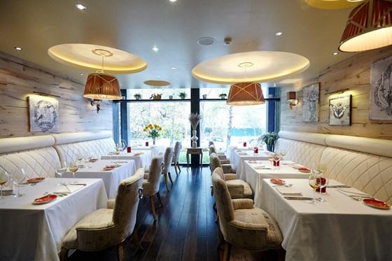 Ресторан Марио - фотография 2 - Белый зал с удобными белоснежными кожаными диванами подходит как для деловых обедов, так и для романтических встреч