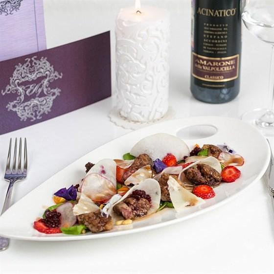 Ресторан Елу - фотография 3 - Теплый салат из куриной печени с клубникой, кедровыми орешками, листьями салата, свекольной икрой и ягодным соусом.