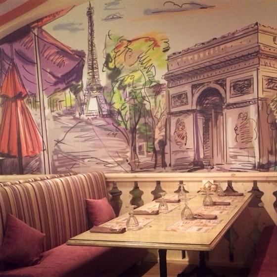 Ресторан Отпуск - фотография 1 - В Отпуске есть даже столик с видом на Эйфелеву башню))
