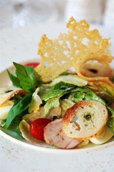 Ресторан Graf-in - фотография 33 - Цезарь с сочными листьями салатов, помидорами Черри, чипсами из сыра Пармезан, хрустящими крутонами и кусочками курицы