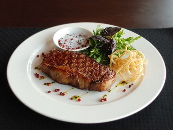 """Ресторан Sport Café - фотография 16 - """"Нью-Йорк"""" стейк 910 руб"""