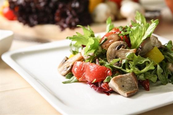Ресторан La familia - фотография 50 - Салат из лесных грибов
