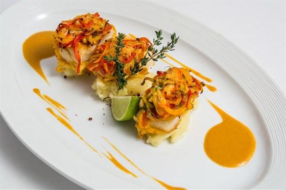 Ресторан Де Марко - фотография 5 - Филе палтуса- филе палтуса запекается с овощами и мясом краба, подается на подушке из картофельного пюре с креветочным соусом.