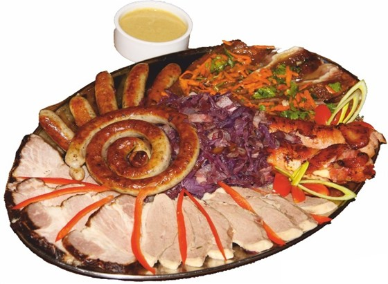 Ресторан Бир Хоф - фотография 39 - Мясная Тарелка: копченая свиная шейка, утиная грудка, баварские сосиски, свиные ушки маринованные, сосиски по-немецки.