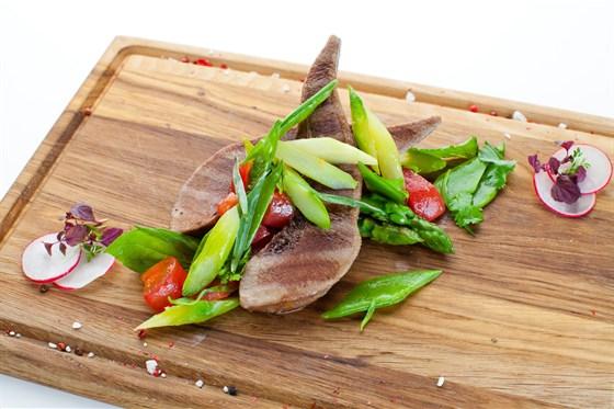 Ресторан Де Марко - фотография 21 - Телячьи язычки приготовленные на гриле с весенним салатом