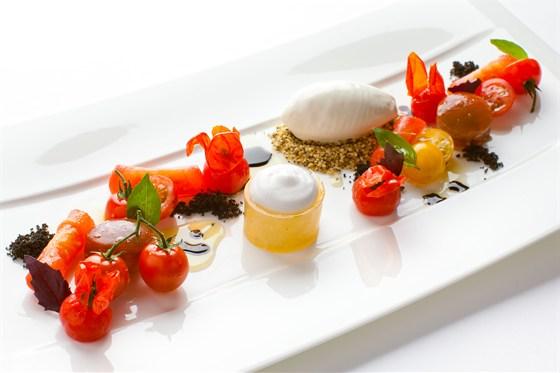 Ресторан Ёрник - фотография 18 - Капрезе от Дэниела Фиппарда. Салат с томатами, маслинами и мороженым из моцареллы.