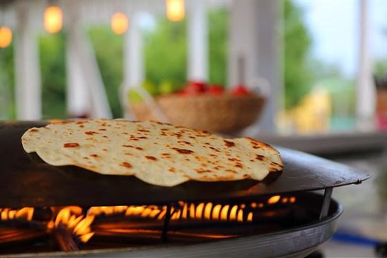 Ресторан Lucky Souvlaki - фотография 5 - лепешки пекут на огне при гостях