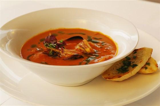 Ресторан Де Марко - фотография 27 - Томатный суп с морепродуктами Суп из томатов с гребешком, кальмаром, креветкой мидиями и чесночными брускеттами