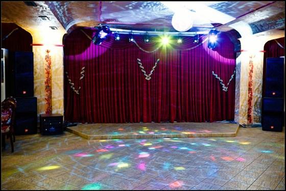 Ресторан Золотая Русь - фотография 2 - Сцена и танцплощадка