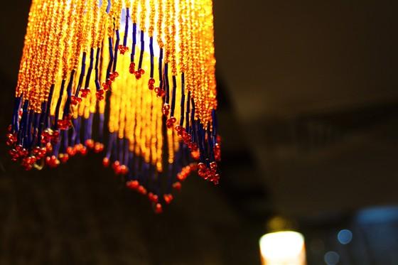 Ресторан Grand Grill - фотография 4 - Интерьер кафе выдержан в стиле «современный Восток» – бисерные люстры, свисающие сверху ширмы из легкой воздушной материи, подсвеченные фрески с узорами, на стенах – плакаты с изображениями национального уклада жителей Азербайджана.