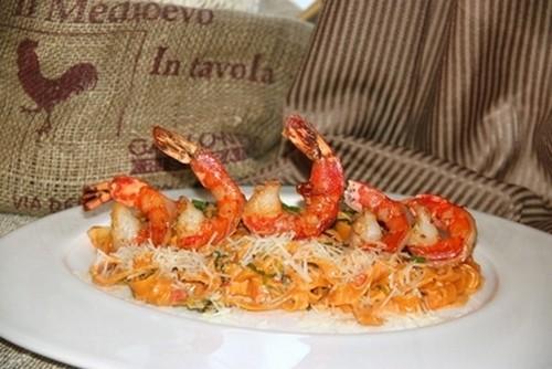 Ресторан Milano ricci - фотография 8 - Тальятелле с креветками и чесноком в томатно - сливочном соусе