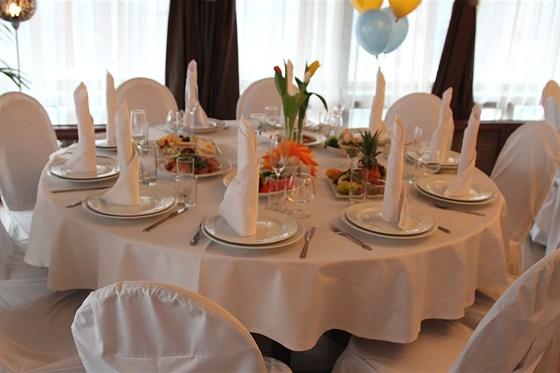 Ресторан Теплица - фотография 7 - Уютный банкетный зал. Стиль - классицизм. Оборудован аудио, видио и световой аппаратурой. Готов принять до 90 человек.