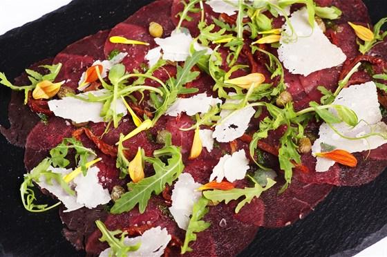 Ресторан 16th Line - фотография 5 - Меню. Карпаччо из говядины с лепестакми пармезана и мороженым из горчицы.
