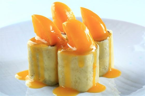 Ресторан Желтое море - фотография 13 - Манила ролл - сладкий ролл с двумя блинами (белый и шоколадный) с кремом «Филадельфия» и японским маринованным персиком