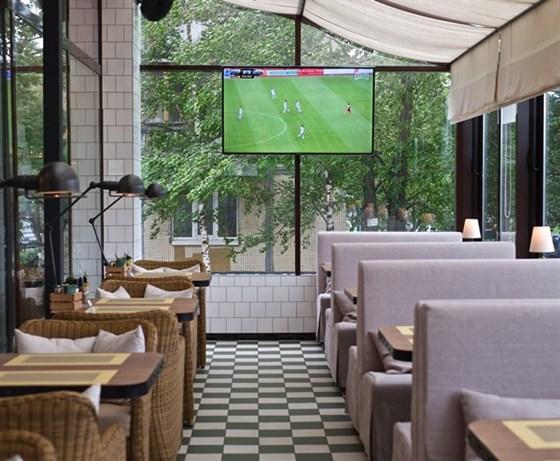 Ресторан Любимый - фотография 20 - Терраса для спортивных трансляций