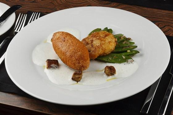 Ресторан Метаморфоз - фотография 21 - Котлета по-киевски, приправленная фуа-гра и пенкой из хрена, подается с зеленым стручковым горошком