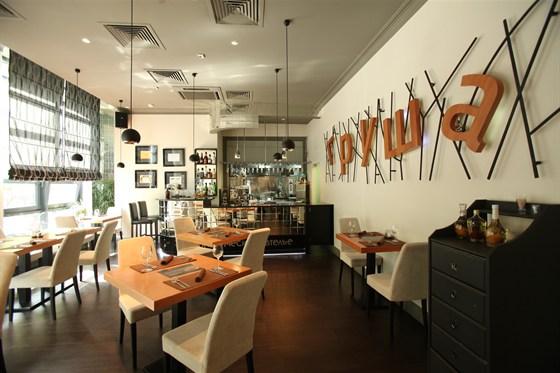 Ресторан Груша - фотография 14 - Малый зал с открытой кухней.