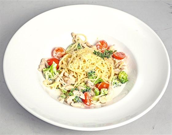 Ресторан Grand Café - фотография 12 - спагетти с куриным филе и брокколи в сливочном соусе