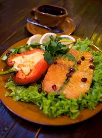 Ресторан Кавказский дворик - фотография 2 - Семга, перец болгарский, сыр «Голландский», вино белое, гранат  Порция: 360гр.