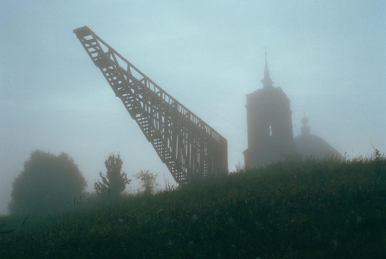 Здесь и далее – фотографии объектов «Архстояния» в Никола-Ленивце. «Полумост надежды», Тимур Башкаев, 2006 г.