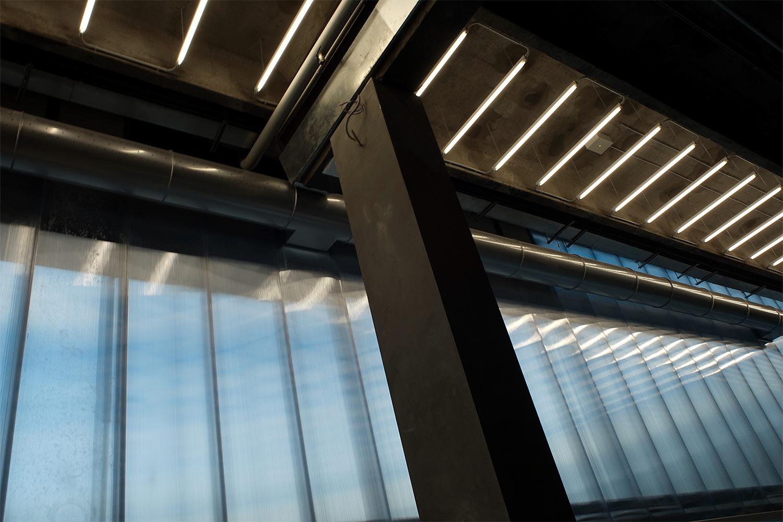 Вид изнутри на поликарбонатные панели. Они непрозрачные, но пропускают дневной свет