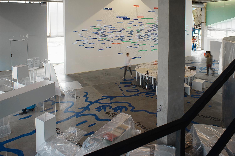 Монтаж экспозиции «Древо жизни» на цокольном этаже, которая исследует взаимосвязи между художниками в русском искусстве