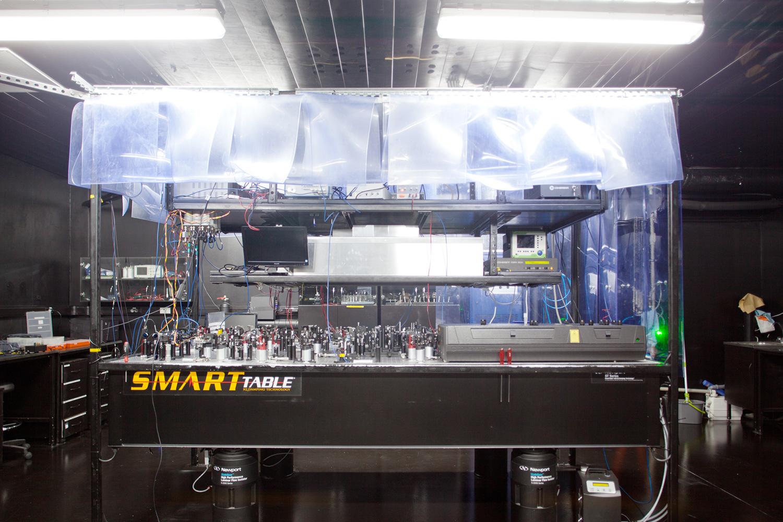 Оптический стол в лаборатории РКЦ, на котором проводят эксперименты с фотонами