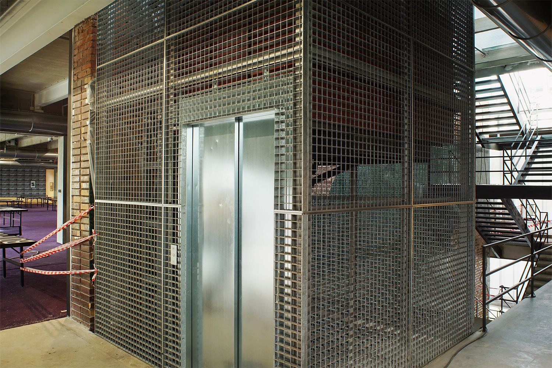 Лифт подходит для перевозки и пассажиров, и крупногабаритного искусства. В ресторане «Времена года» тоже был лифт, но его использовали для транспортировки заказов из кухни в зал