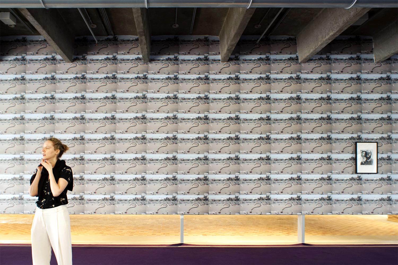 Вид на стену, которая является частью проекта Риркрита Тиравании «Завтра — это вопрос?». На ней — фотография чехословацкого художника Юлиуса Коллера