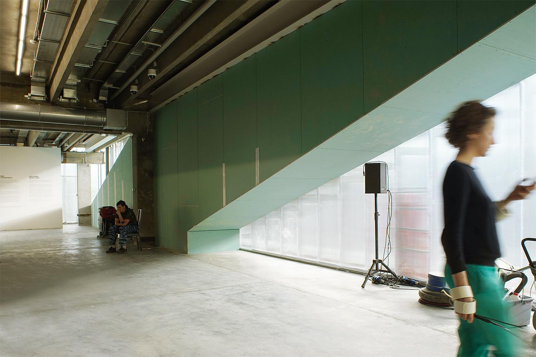 Здесь будет эвакуационная лестница, которая в данный момент зашита в гипсокартон. Другая лестница расположена в центре помещения и малозаметна, а эту, наоборот, решили подчеркнуть