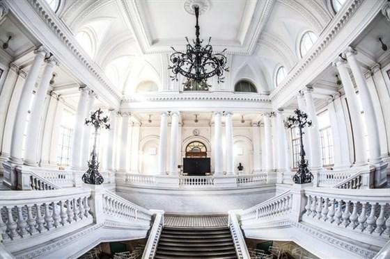 Фото белый зал Политехнического университета Петра Великого