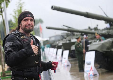 Лидер «Ночных волков» и друг Путина Александр «Хирург» Залдостанов на военном форуме