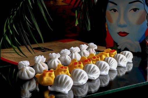 С 17 октября по 17 ноября в ресторанах «Китайская грамота. Бар и Еда» на Сретенке и в Барвихе, а также в ресторане «Black Thai» пройдет фестиваль дим-самов: гости смогут найти любимый вкус и собрать уникальный набор из своих фаворитов.