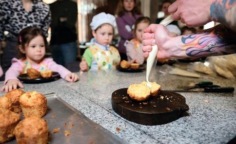 Семейные воскресенья в ресторане Uhvat на Трёхгорке. Пока взрослые наслаждаются отдыхом, общением и, конечно, блюдами от бренд-шефа Uhvat Виктора Белея (участник Bocuse d'Or Europe 2020), детки учатся вкусно готовить под руководством команды талантливых поваров.