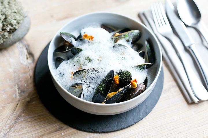 Мидии с супом из копченого сыра и вяленой камбалы, 1400 р. в ресторане «Бьерн» – дорого и небогато одновременно