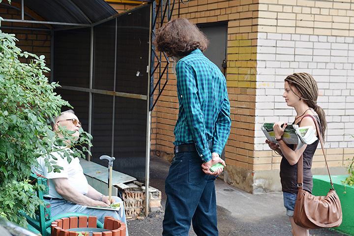 Так Максим Кац занимается «работой в поле» – подходит и знакомится с жителями Избирательного округа № 5
