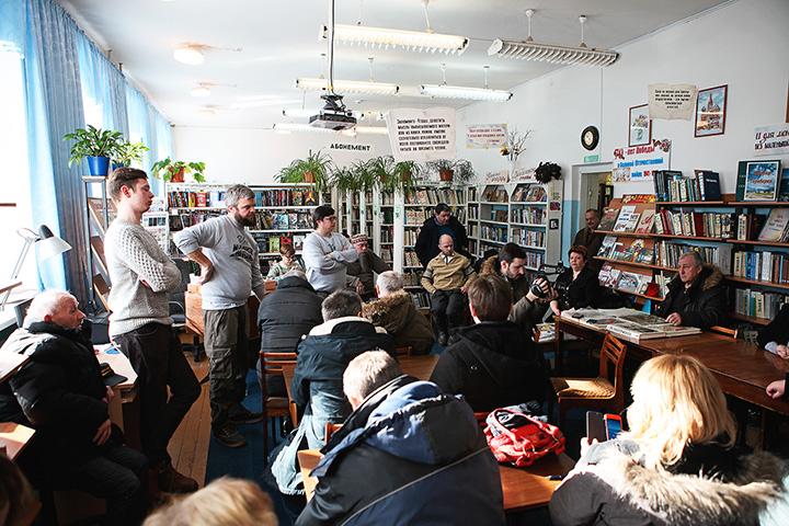 Встреча с местными жителями в библиотеке