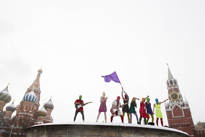 Когда Pussy Riot выступили на Лобном месте с песней «Бунт в России — Путин зассал», им всего лишь выписали штраф в 500 рублей