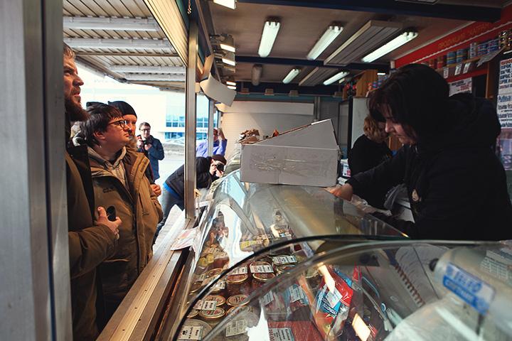 Рыбный рынок Катран в Мурманске расположен по адресу Героев-Североморцев, 91. Выбор огромный, хотя занимает он скромный уголок с парой холодильников