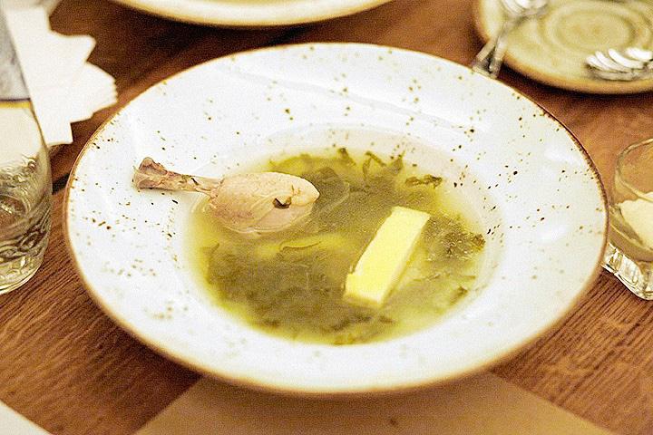 Елена Чекалова считает, что суп из щавеля с курицей и омлетом, 300 р. в ресторане LavkaLavka выглядит, как грязные тряпки