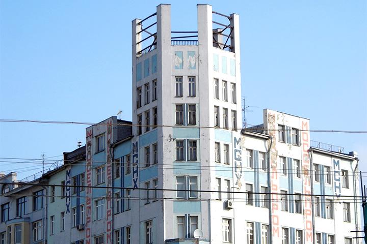 Здание Моссельпрома с рекламными панно Родченко, Степановой и Маяковского стоит напротив столовой Моссельпрома, которая на самом деле была настоящим рестораном — просто это слово в 1920-е не употребляли по отношению к госпредприятиям