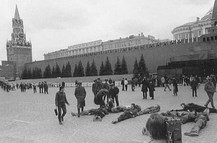 В 1991 году участники арт-группы «Э.Т.И.» во главе с Осмоловским выложили своими телами слово из трех букв на Красной площади