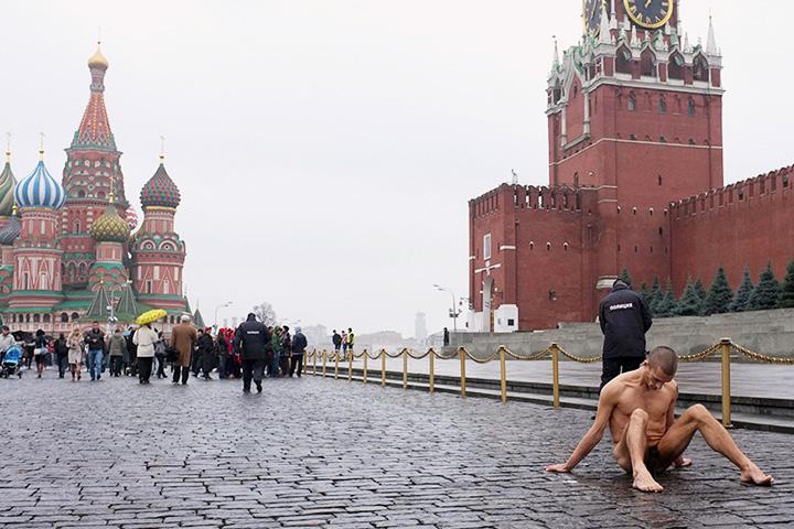 Еще до своей знаменитой «Фиксации» Петр Павленский экспериментировал со своим телом — зашивал рот и обертывался колючей проволокой