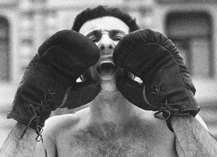 В феврале 1995 года Александр Бренер вышел на Лобное место в боксерских трусах и перчатках и кричал, обращаясь к Кремлю: «Ельцин, выходи!»