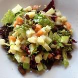 Ресторан Michel - фотография 3 - Сытный салат с рыбой, картофелем, гренками и яблоком заправлен маслом или майонезом по вкусу