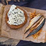 Ресторан Queen V - фотография 3 - Печеная скумбрия с деревенским пирогом