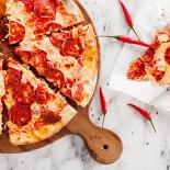 Ресторан Pesto Café - фотография 3 - Классическая пицца с пепперони.